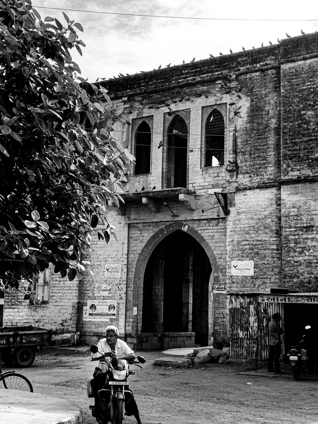 Old gate, colonial architecture, India. © Mohit Patel